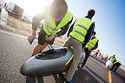De kwalificaties op maandagochtend. Het Human Power Team Delft en Amsterdam (HPT), dat bestaat uit studenten van de TU Delft en de VU Amsterdam, is in Amerika om te proberen het record snelfietsen te verbreken. In Battle Mountain (Nevada) wordt ieder jaar de World Human Powered Speed Challenge gehouden. Tijdens deze wedstrijd wordt geprobeerd zo hard mogelijk te fietsen op pure menskracht. Het huidige record staat sinds 2015 op naam van de Canadees Todd Reichert die 139,45 km/h reed. De deelnemers bestaan zowel uit teams van universiteiten als uit hobbyisten. Met de gestroomlijnde fietsen willen ze laten zien wat mogelijk is met menskracht. De speciale ligfietsen kunnen gezien worden als de Formule 1 van het fietsen. De kennis die wordt opgedaan wordt ook gebruikt om duurzaam vervoer verder te ontwikkelen.<br /> <br /> The Human Power Team Delft and Amsterdam, a team by students of the TU Delft and the VU Amsterdam, is in America to set a new world record speed cycling.In Battle Mountain (Nevada) each year the World Human Powered Speed ??Challenge is held. During this race they try to ride on pure manpower as hard as possible. Since 2015 the Canadian Todd Reichert is record holder with a speed of 136,45 km/h. The participants consist of both teams from universities and from hobbyists. With the sleek bikes they want to show what is possible with human power. The special recumbent bicycles can be seen as the Formula 1 of the bicycle. The knowledge gained is also used to develop sustainable transport.