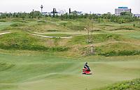 BADHOEVEDORP - GOLF - Greenkeeper aan het werk op een green van Amsterdam International Golfbaan, bij Schiphol. COPYRIGHT KOEN SUYK