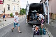 In Senftenberg pakt het Human Power Team Delft en Amsterdam de bus uit met de VeloX3. Het team is in Duitsland voor een poging het uurrecord te verbreken. Door een ongeval zijn de fietsen een dag later aangekomen dan gepland, er moest een andere bus geregeld worden omdat de bus van het team total loss is.<br /> <br /> In Senftenberg the Human Power Team Delft and Amsterdam is unpacking the van with the VeloX3. The team is in Germany for an attempt to set a new world hour record. The bikes arrived a day later as planned, due to an accident.