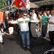 NLD/Huizen/20070430 - Koninginnedag 2007 Huizen, Turkse marktlui dansen van vreugde