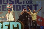 De 3FM Awards zijn de jaarlijkse radioprijzen voor de beste Nederlandse popacts en –artiesten, gekozen door de 3FM luisteraars. De uitreiking van de 3FM Awards vindt plaats tijdens een liveshow in de Gashouder (Westergasfabriek) in Amsterdam.<br /> <br /> Op de foto:  Beste Artiest Hiphop: De Jeugd Van Tegenwoordig