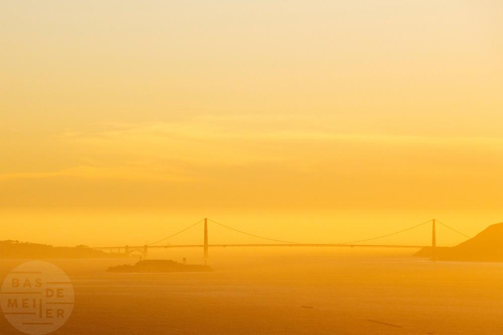 Tussen het Schiereiland van San Francisco en Marin County ten noorden van de metropool San Francisco ligt de Golden Gate Brug over de zeestraat Golden Gate, tussen de San Fransisco Bay en de Stille Oceaan. De brug is een van de zeven moderne wereldwonderen en is op 27 mei 1937 geopend. De tolbrug is een van de meest herkenbare symbolen van San Francisco en Californie. <br /> <br /> Between the San Francisco Peninsula and Marin County north of the metropolis of San Francisco's  lays Golden Gate Bridge on the Golden Gate strait, between San Francisco Bay and the Pacific Ocean. Lies The bridge is one of the seven modern wonders of the world and was opened on May 27, 1937. The toll bridge is one of the most recognizable symbols of San Francisco and California.