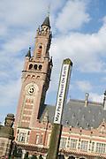 Vredespaleis in Den Haag, Zuid Holland. Het Vredespaleis huisvest internationale gerechtelijke instanties zoals het Internationaal Gerechtshof en het Permanent Hof van Arbitrage. Ook bevindt zich er de Bibliotheek van het Vredespaleis en de Haagse Academie voor Internationaal Recht..The Peace Palace in The Hague is home to a number of international judicial institutions, including the International Court of Justice (ICJ) or World Court, the Permanent Court of Arbitration (PCA), the renowned Peace Palace Library, as well as the Hague Academy of International Law