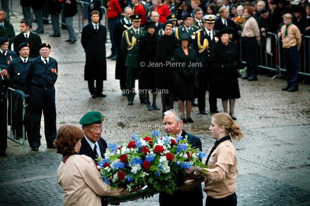Nederland.Amsterdam.4 mei 2004..Kranslegging tijdens dodenherdenking op de Dam..Op de achtergrond Koningin Beatrix, prinses Maxima, prins W.Alexander, Burgemeester Job Cohen en Premier Balkenende.