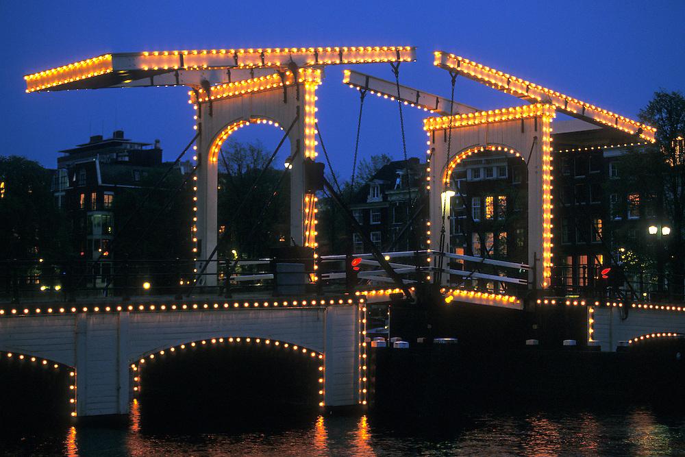 Holanda. Amsterdam..Vista nocturna del puente Magere Brug en el Canal Amstel..© JOAN COSTA...