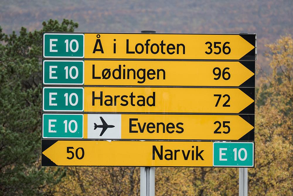 Skilting ved utkjøring fra «Grovfjordkrysset», som viser vei til Å i Lofoten, Lødingen, Harstad, Evenes lufthavn og til Narvik.