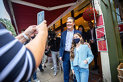 © Licensed to London News Pictures. 26/09/2021. EMBARGOED UNTIL 27 SEPTEMBER 2021 .Brighton, UK. Labour Party Leader SIR KEIR STARMER poses for a photo with IDADORA REES-CHRISTODOULOU (11) , taken by Isadora's mother Maria (l) during a visit to George Street in Hove . The second day of the 2021 Labour Party Conference , which is taking place at the Brighton Centre . Photo credit: Joel Goodman/LNP