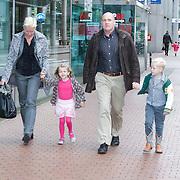NLD/Amstelveen/20121021 - Inloop Premiere Elmo is Jarig, Andre Kuipers met gezin