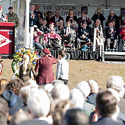 NLD/Ede/20190921- Prince Charles en Prinses Beatrix bij herdenking Airborne, een veteraan legt een krans