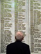 2. Weltkriegs Veteran in der Ruhmeshalle im Museum des Großen Vaterländischen Krieges in Moskau auf der Suche nach den Namen seiner im 2. Weltkrieg gefallenen Kameraden. <br /> <br /> WW II veteran looking for the names of his comrades fallen during the second World War at the pantheon in the Museum of the Great Patriotic War in Moscow.