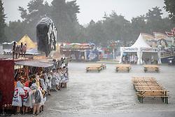 28.07.2016, Schwarzlsee, Unterpremstätten bei Graz, AUT, Lake Festival, im Bild Besucher im Regen // Visitors during rain at the Lake Festival at the Schwarzl Lake, Unterpremstaetten at Graz, Austria on 2016/07/28, EXPA Pictures © 2016, PhotoCredit: EXPA/ Erwin Scheriau