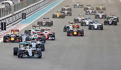 Start zum Rennen in Abu Dhabi beim Rennen im Rahmen des Grand Prix von Abu Dhabi auf dem Yas Marina Circuit / 271116<br /> <br /> ***Abu Dhabi Formula One Grand Prix on November 27th, 2016 in Abu Dhabi, United Arab Emirates - Race Day ***