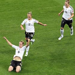 30-06-2011 VOETBAL: FIFA WOMENS WORLDCUP 2011 GERMANY - NIGERIA: FRANKFURT<br /> Torjubel / Jubel  nach dem 1:0 durch Simone Laudehr (GER #06, Duisburg) (M) mit Alexnadra Popp (GER11 #11, Duisburg) (dahinter) und Kim Kulig (GER #14, Hamburg) (R) <br /> ***NETHERLANDS ONLY***<br /> ©2011-FRH- NPH/Mueller
