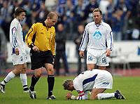 Fotball<br /> Adecco-ligaen / Førstedivisjon<br /> Stabæk v Hødd 4-1<br /> 18.09.2005<br /> Foto: Morten Olsen, Digitalsport<br /> <br /> Andre Nevstad nede for telling. Dommer Kim Rune Borgersen kommer til, mens Thomas Gjørtz (tv) og Einar Braut følger med