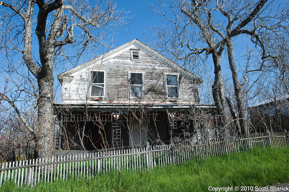 An abandoned house sits empty in the California countryside.
