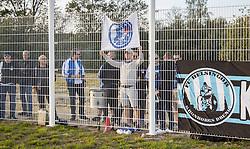 Kronborgs Drenge havde taget opstilling udenfor hegnet under kampen i 1. Division mellem FC Helsingør og Vendsyssel FF den 18. september 2020 på Helsingør Stadion (Foto: Claus Birch).