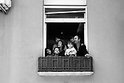 Una famiglia barese in posa alla finestra della propria casa durante la quarantena dovuta all'emergenza sanitaria Covid19. Bari 13 Aprile 2020. Christian Mantuano / OneShot