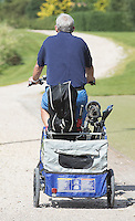 EMMEN- Golfer op de fiets met golftas en buggy naar   GOLFPARC SANDUR 9 holes golfbaan. 9 uitdagende holes aan de zuidrand van het op de Hondsrug  COPYRIGHT KOEN SUYK