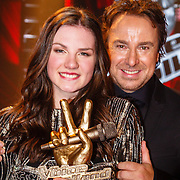 NLD/Hilversum/20160129 - Finale The Voice of Holland 2016, Winnares Maan met haar coach Marco Borsato