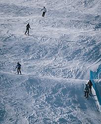 THEMENBILD - Skifahrer auf einer Skipiste. Skitourengeher können am Rande der Piste aufsteigen, aufgenommen am 27. Dezember 2020 in Kaprun, Oesterreich // Skiers on a ski slope. Ski tourers can ascend at the edge of the piste, in Kaprun, Austria on 2020/12/27. EXPA Pictures © 2020, PhotoCredit: EXPA/Stefanie Oberhauser