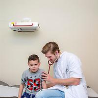 Nederland, Hoofddorp, 16 maart 2017.<br /> Student Geneeskunde loopt coschappen in het Spaarne Gasthuis.<br /> <br /> De coassistent werkt officieel altijd onder supervisie en verantwoordelijkheid van een arts. In feite zijn de coschappen de eerste keer dat studenten geneeskunde eigen verantwoordelijkheden krijgen in de patiëntenzorg en dat de geleerde theorie in de praktijk moet worden toegepast.<br /> <br /> The Netherlands, Hoofddorp, March 16, 2017. <br /> A young male medicine student practicing apprenticeship in the Spaarne Gasthuis hospital. <br /> <br /> Foto: Jean-Pierre Jans