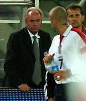 Photo: Richard Lane.<br /> England v Austria. World Cup Qualifying Match at Ernst-Happel Stadium, Vienna. 04/09/2004.<br /> Sven Goran Eriksson and Daivid Beckham share a word<br /> NORWAY ONLY