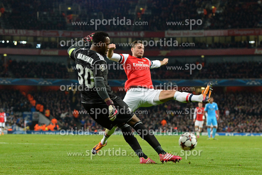 26.11.2013, The Emirates Stadium, London, ENG, UEFA CL, FC Arsenal vs Olympique Marseille, Gruppe F, im Bild Arsenal's Oliver Giroud attempts to intercept, kick by Marseille's Steve Mandanda // Arsenal's Oliver Giroud attempts to intercept, kick by Marseille's Steve Mandanda during UEFA Champions League group F match between FC Arsenal and Olympique Marseille at the The Emirates Stadium in London, Great Britain on 2013/11/26. EXPA Pictures © 2013, PhotoCredit: EXPA/ Mitchell Gunn<br /> <br /> *****ATTENTION - OUT of GBR*****