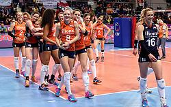 08-01-2016 TUR: European Olympic Qualification Tournament Nederland - Italie, Ankara<br /> De volleybaldames hebben op overtuigende wijze de finale van het olympisch kwalificatietoernooi in Ankara bereikt. Italië werd in de halve finales met 3-0 (25-23, 25-21, 25-19) aan de kant gezet / Judith Pietersen #8, Debby Stam-Pilon #16, Kirsten Knip #1, Femke Stoltenborg #2, Lonneke Sloetjes #10, Kirsten Knip #1