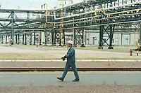 22 MAY 2001, SCHKOPAU/GERMANY:<br /> Arbeiter auf dem weitlaefigen Gelaende der Buna Sow Leuna Olefinverbund GmbH (Dow Chemical Company)<br /> IMAGE: 20010522-01/03-31<br /> KEYWORDS: Chemie, chemical, Industrie, industry, Arbeiter, worker, Rohre, Leitungen, Rohrleitungen
