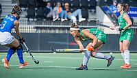 AMSTELVEEN - Elena Tice (Ier) met Teresa Dalla Vittoria (It) bij een strafcorner  tijdens de dames -wedstrijd  ,  Ierland-Italie (3-0) bij het  EK hockey , Eurohockey 2021. COPYRIGHT KOEN SUYK