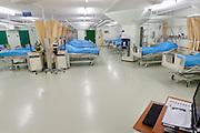 De mediumcare afdeling van het calamiteitenhospitaal. Bij het calamiteitenhospitaal in Utrecht worden slachtoffers van grote rampen als eerste behandeld. Afhankelijk van de ernst van de verwonding, wordt het slachtoffer ingedeeld in rood, geel of groen. Het hospitaal is uniek in Europa en is gevestigd in de voormalige atoombunker onder het UMC Utrecht.<br /> <br /> The medium care of the trauma and emergency hospital.  At the basement of the UMC Utrecht a special hospital for emergency and major incidents is based. Patients are being labelled by number and depending on the injuries they will be transported to the zone red, yellow or green.