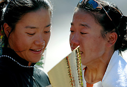 15-04-2007 ATLETIEK: FORTIS MARATHON: ROTTERDAM<br /> In Rotterdam werd zondag de 27e editie van de Marathon gehouden. De marathon werd rond de klok van 2 stilgelegd wegens de hitte en het grote aantal uitvallers / Bij de vrouwen ging de winst naar de Japanse Hiromi Ominami in 2.26.37 met haar zus Takami, die de marathon in 2002 won in een tijd van 2.23.43<br /> ©2007-WWW.FOTOHOOGENDOORN.NL