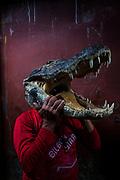 Un hombre vende un souvenir hecho con la cabeza de un caimán en el mercado de Belén en Iquitos. en este mercado se venden todo tipo de animales exóticos, alimentos y brebajes hechos con ellos.
