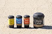 Nederland, Scheveningen, 20-6-2018 Op het strand zijn afvalbakken neergezet waar mensen hun afval in kunnen gooien . Het is een manier om te voorkomen dat het plastic en ander zwerfafval in zee terechtkomt, daarna in de voedselketen en een bedreiging voor veel dieren vormt . Foto: Flip Franssen