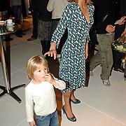 NLD/Amsterdam/20070302 - Presentatie eigen modelijn Wendy van Dijk voor V&D genaamd It's a Wendy collectie 2007, zoontje Sem