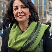 Vrouwen Tegen Uitzetting (VTU) voert op 14 april 2012 een 'lig-actie' op de Dam.Tégen het op straat zetten van vluchtelingen, vóór fatsoenlijke opvang.VTU is een netwerk van Nederlandse en vluchtelingenvrouwen met en zonder verblijfsvergunning. VTU zet zich in voor een goed asielbeleid en aandacht voor de positie van vrouwelijke vluchtelingen.Het protest richt zich in de eerste plaats tegen het op straat zetten van vluchtelingen en pleit voor fatsoenlijke opvang. Maar er komt meer aan de orde. Diverse sprekers belichten of bezingen het wetsontwerp over 'gewortelde kinderen', het Kinderpardon, de schandalig hoge legeskosten en de slordige, haastige, asielprocedure.Om 15.00 u worden één voor één de namen van vluchtelingen  opgelezen die op straat zijn gezet, terwijl de aanwezigen op de Dam gaan liggen om te laten zien hoeveel asielzoekers op straat moeten leven.Sprekers zijn o.a. Vincent Bijloo cabaretier; Marieke Doorninck (Groen Links gem Amsterdam); Khadija Arib (2e K PvdA); Tofik Dibi (2e K GroenLinks)Stephanie Mbanzendore - Burundese en Myra. .Op de foto: Khadija Arib tweede kamerlid voor de PvdA. Foto JOVIP/JOHN VAN IPEREN