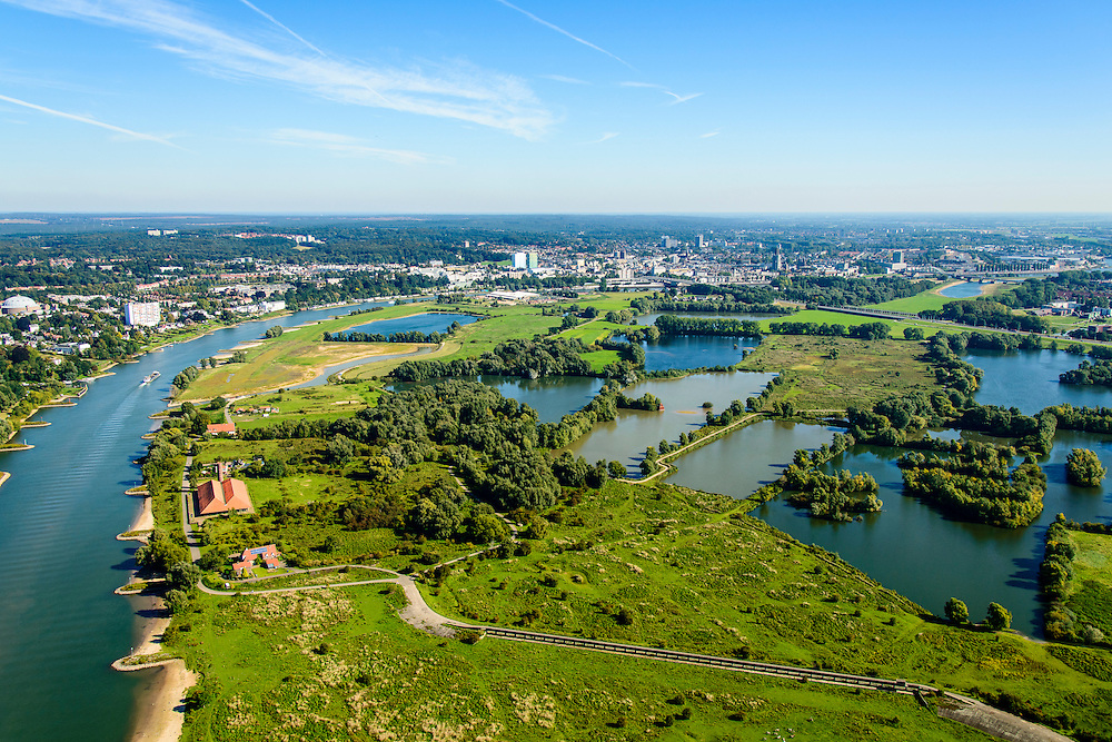 Nederland, Gelderland, Arnhem, 30-09-2015; zicht op de uiterwaarden van Meinerswijk. In de voorgrond het regelwerk (doorlaatwerk met schuiven), onderdeel van de voormalige IJssellinie. Met rood pannendak oude steenfabriek.<br /> In het kader van het programma Ruimte voor de Rivier zijn delen van de uiterwaard afgegraven. Ook is het gebied opnieuw ingericht.<br /> View of floodplains and polder Meinerswijk. In the foreground control works (operating with slides), part of the former IJssel defense line. The area has partly been excavated to create 'space for the river'.<br /> <br /> luchtfoto (toeslag op standard tarieven);<br /> aerial photo (additional fee required);<br /> copyright foto/photo Siebe Swart