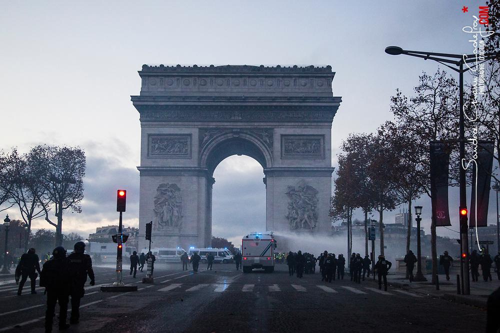 Maintien de l'ordre sur les champs Elysées dans le cadre de la manifestation interdite des gilets jaunes le 24 novembre 2018. Intervention de Compagnies Républicaines de Sécurité (CRS) et de Gendarmes mobiles pour rétablir l'ordre sur l'avenue et de sapeurs pompiers de la BSPP pour éteindre les feux de barricade allumés par les manifestants.<br /> Novembre 2018 / Paris (75) / FRANCE<br /> Voir le reportage complet (45 photos) https://sandrachenugodefroy.photoshelter.com/gallery/2018-11-Gilets-Jaunes-Paris-Acte-2-Complet/G0000qTWTH13EX_w/C0000yuz5WpdBLSQ