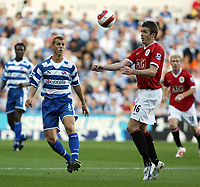 Photo: Chris Ratcliffe.<br />Reading v Manchester United. The Barclays Premiership. 23/09/2006.<br />Steve Sidwell (L) of Reading clashes with Michael Carrick of Man Utd.