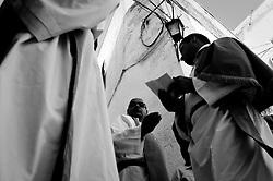 Confratelliti della Madonna di Santa Maria della Stella di Ostuni che si preparano a portare in processione la statua della Madonna