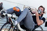 Jan Bos maakt zich klaar voor de vierde racedag in de woestijn van Nevada. Het Human Power Team Delft en Amsterdam (HPT), dat bestaat uit studenten van de TU Delft en de VU Amsterdam, is in Amerika om te proberen het record snelfietsen te verbreken. In Battle Mountain (Nevada) wordt ieder jaar de World Human Powered Speed Challenge gehouden. Tijdens deze wedstrijd wordt geprobeerd zo hard mogelijk te fietsen op pure menskracht. Het huidige record staat sinds 2015 op naam van de Canadees Todd Reichert die 139,45 km/h reed. De deelnemers bestaan zowel uit teams van universiteiten als uit hobbyisten. Met de gestroomlijnde fietsen willen ze laten zien wat mogelijk is met menskracht. De speciale ligfietsen kunnen gezien worden als de Formule 1 van het fietsen. De kennis die wordt opgedaan wordt ook gebruikt om duurzaam vervoer verder te ontwikkelen.<br /> <br /> The Human Power Team Delft and Amsterdam, a team by students of the TU Delft and the VU Amsterdam, is in America to set a new world record speed cycling.In Battle Mountain (Nevada) each year the World Human Powered Speed Challenge is held. During this race they try to ride on pure manpower as hard as possible. Since 2015 the Canadian Todd Reichert is record holder with a speed of 136,45 km/h. The participants consist of both teams from universities and from hobbyists. With the sleek bikes they want to show what is possible with human power. The special recumbent bicycles can be seen as the Formula 1 of the bicycle. The knowledge gained is also used to develop sustainable transport.