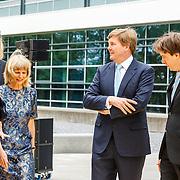 NLD/Utrecht/20160518 - Bezoek Koning Willem-Alexander aan het Hubrecht Instituut Utrecht, Willem - Alexander onthult beeld