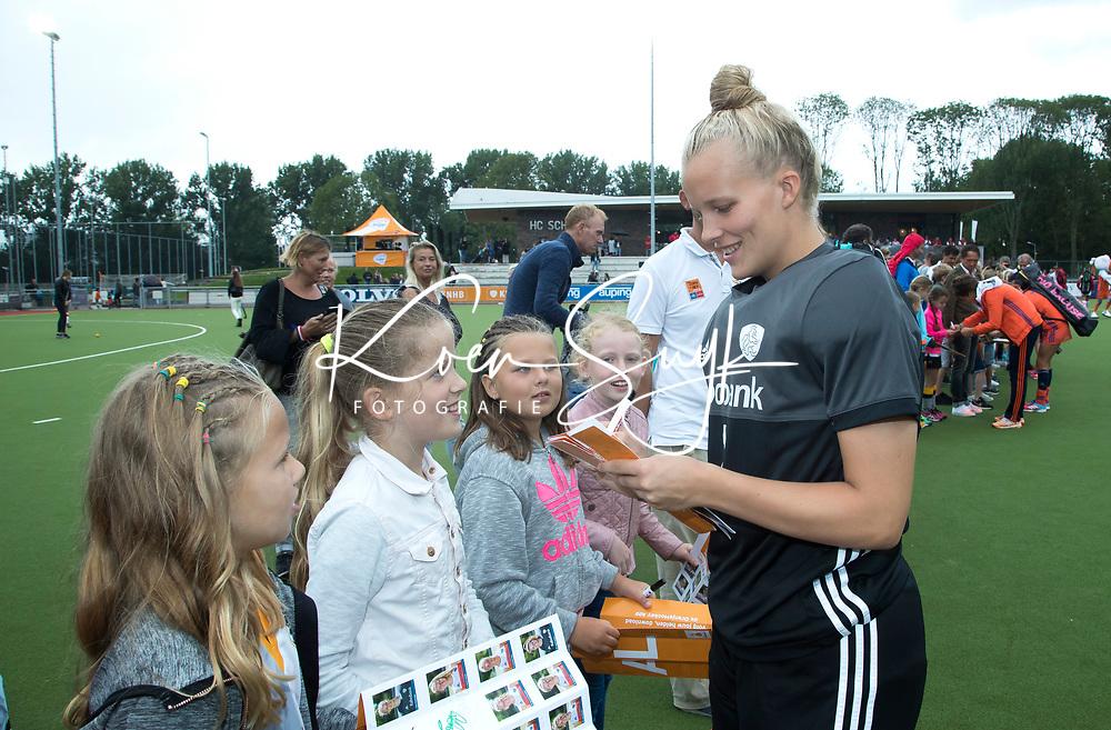 SCHIEDAM - keeper Anne Veenendaal (Ned) deelt handtekeningen uit  na de oefenwedstrijd tussen  de dames van Nederland en Belgie  (0-1), in aanloop naar het  EK Hockey, eind augustus in Amstelveen. COPYRIGHT  KOEN SUYK