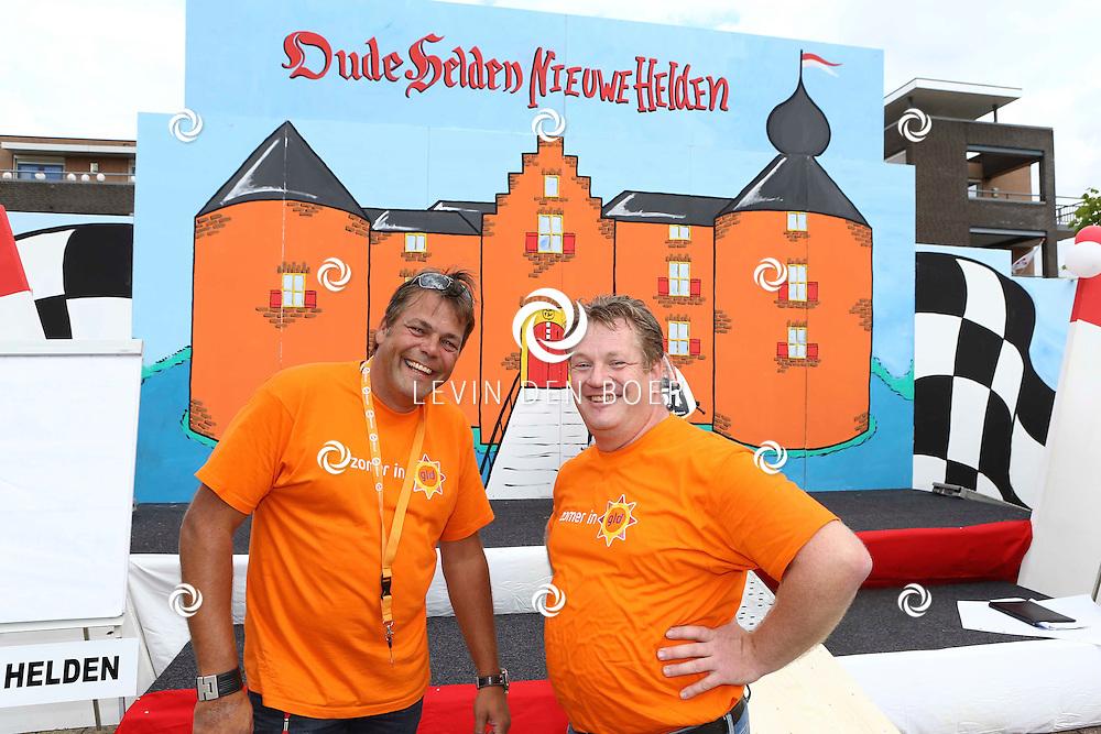 AMMERZODEN - TV Gelderland is neergestreken in het gelderse dorpje Ammerzoden. Met hier op de foto  Dennis de Koning met Robert van Dijk. FOTO LEVIN DEN BOER - PERSFOTO.NU