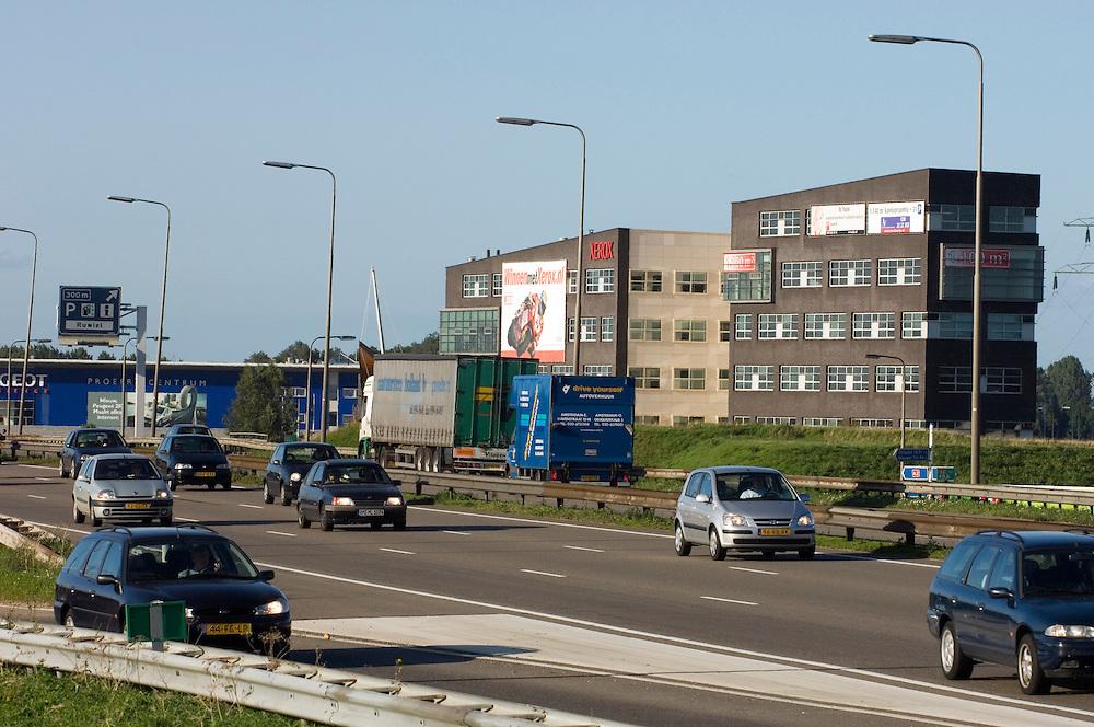 Nederland, Breukelen, 8 sep 2006Kantoorgebouwen op A1 lokatie: vlak naast de snelweg A2, met een oprit of afrit dichtbij. Lelijk voor de mensen die er langs rijden, heel nederland komt vol te staan met lelijke gebouwen langs de snelweg, maar handig voor wie daar werken moet en met de auto naar zijn werk komt.verkeer, mobiliteit, werk, kantoor, kantoorgebouw, Foto: (c) Michiel Wijnbergh