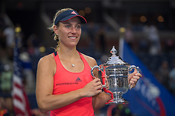 Die neue Nummer 1: Angelique Kerber mit dem Pokal bei den US Open in Flushing Meadows<br /> <br /> / 100916<br /> <br /> *** US Open at USTA Billie Jean King National Tennis Center in the Flushing neighborhood of the Queens borough of New York City; September 10th, 2016 ***
