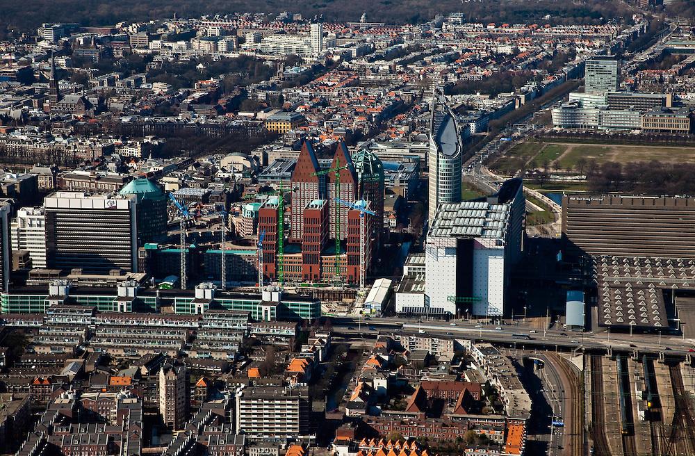 Nederland, Zuid-Holland, Den Haag, 20-03-2009; van links naar rechts met rechts het Bernhardviaduct (deels met overkluizing) en rechts Den Haag Centraal, achter het station het Malieveld. Direkt naast het station het ministerie van VROM en de Hoftoren (ministerie OCW). Dubbele torens van Castalia, bijgenaamd de Haagse Tieten zijn het ministerie van VWS. De bouwkranen staan rond de JuBi-bouwput (dubbelministerie Justitie en Binnenlandse zaken),links het (oude) ministerie van Binnenlandse zaken. View on The Hague. The white building right is the Central Station, next the Ministry of Housing Spatial Planning and the environment and of Education. The twin buildings are called The Tits of The Hague..Swart collectie, luchtfoto (toeslag); Swart Collection, aerial photo (additional fee required); .foto Siebe Swart / photo Siebe Swart