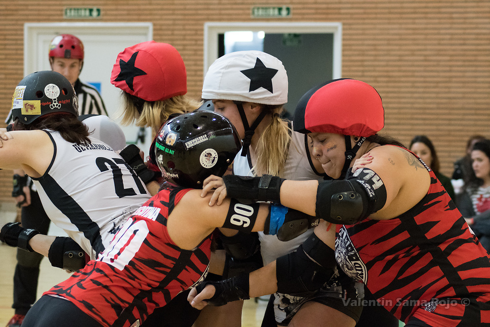 Madrid, Spain. 17th March, 2018. Players of Roller Derby Madrid B (red) trying to block the jammer of Taxider'Biches Roller Derby (white). © Valentin Sama-Rojo