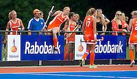 ARNHEM - Oranje klimt over de Rabobank boading , donderdagvoorde oefenwedstrijd tussen de vrouwen van Nederland en Zuid Afrika. Coch Max Caldas (2e van links). COPYRIGHT KOEN SUYK