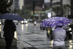 August 19, 2017 - Pessoas se abrigam da chuva na manhã deste sábado (19) na Avenida Paulista. Nova frente fria deve chegar na capital amanhà (Credit Image: © Bruno Rocha/Fotoarena via ZUMA Press)